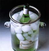 подача белого вина в ведёрке со льдом
