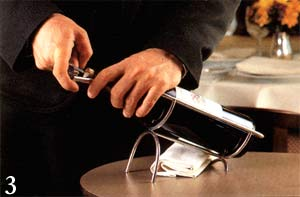 Пробку не следует протыкать насквозь, чтобы ее мелкие крошки не попали в вино
