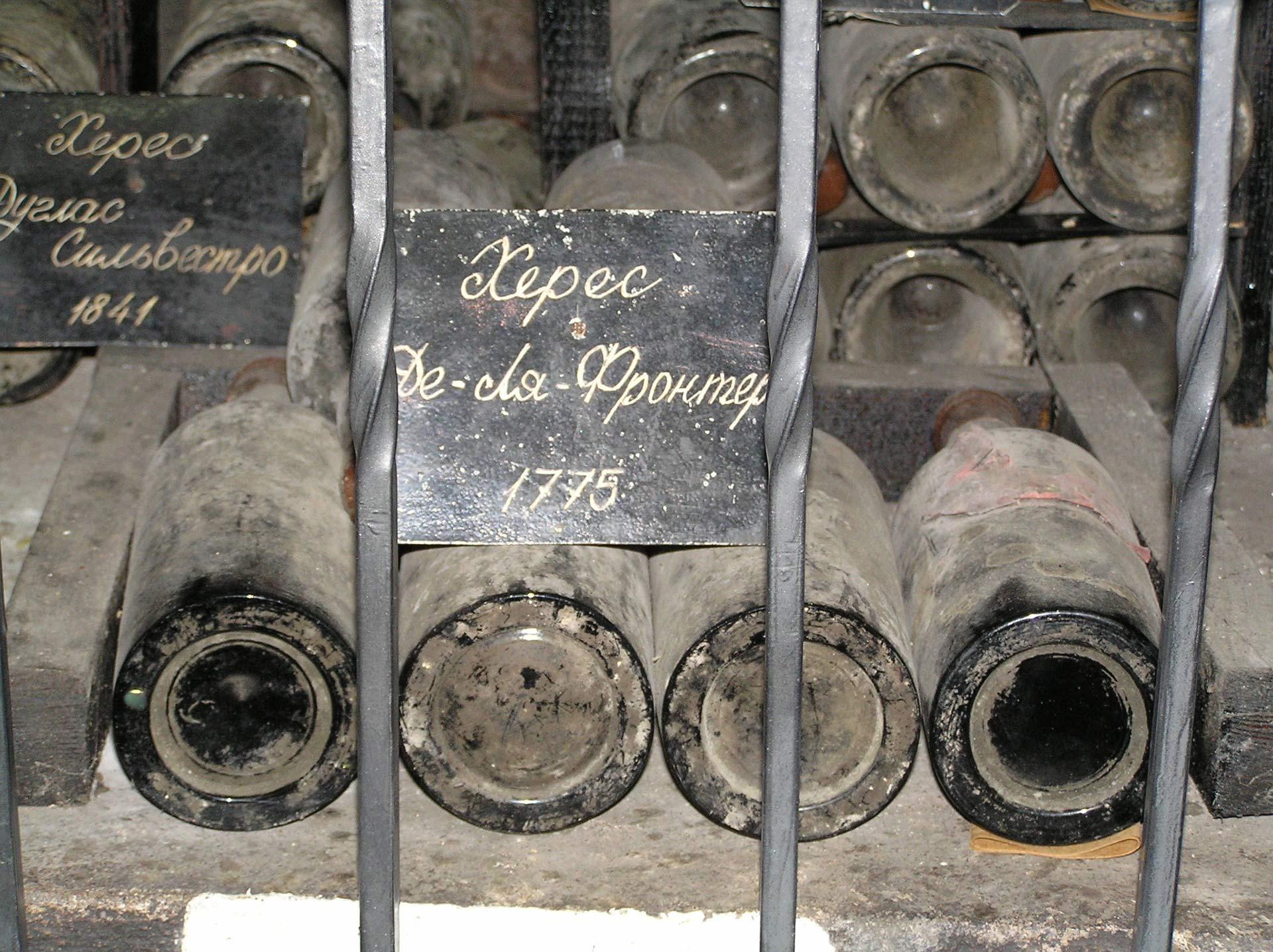 Старые бутылки с «Jerez de la Frontera» урожая 1775 года