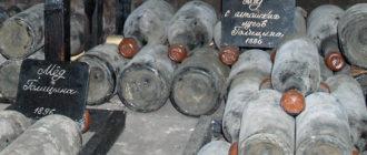 старые покрытые пылью бутылки с вином из подвалов Массандры